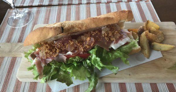 北谷町アメリカンビレッジのRICHLYのサンドイッチ